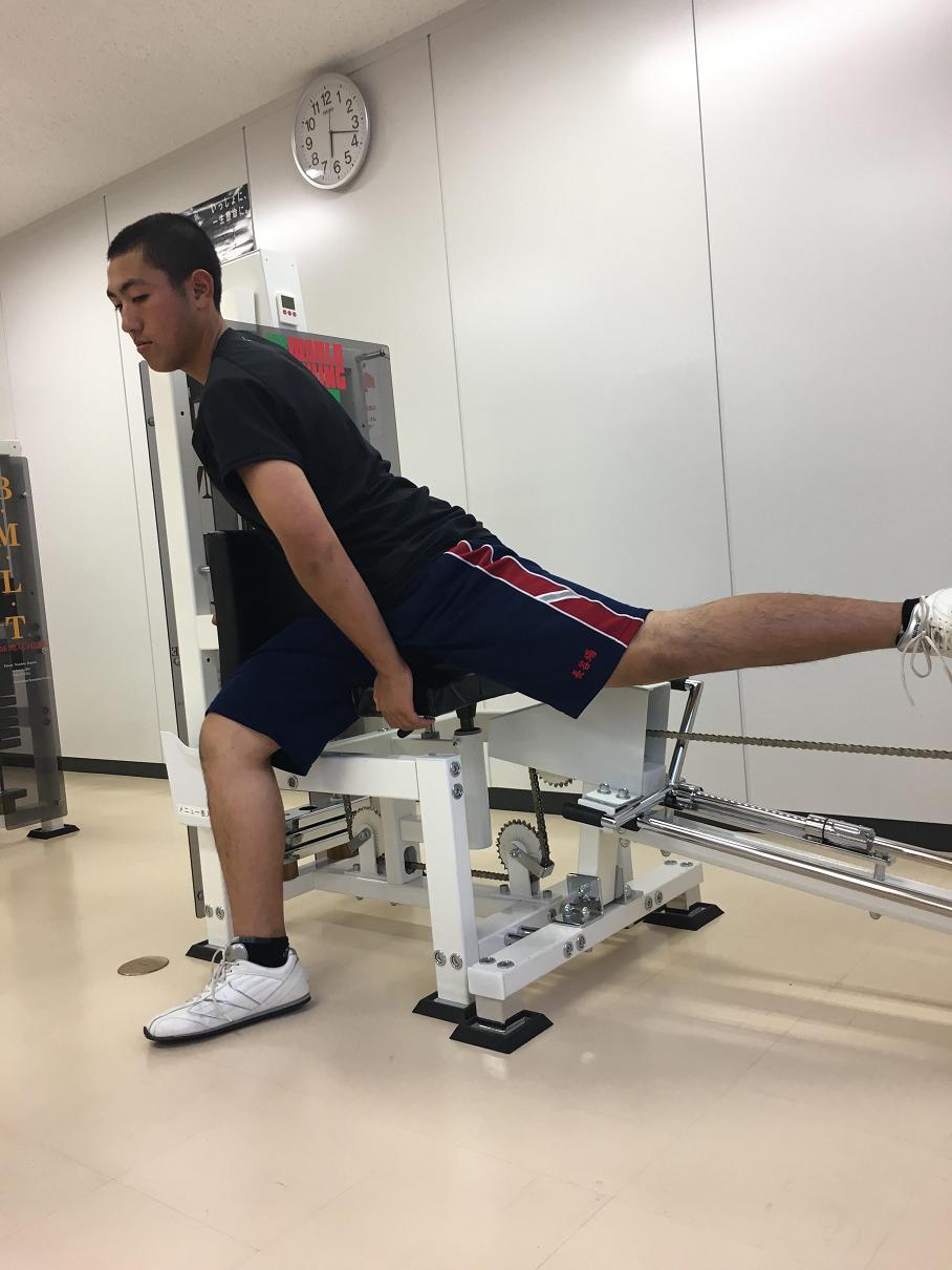 骨盤を大きく動かし、股関節を強化します。「弱点だった股関節の硬さが取れて、下半身を上手く使ってスイングできるようになりました(長谷場君談)」 強化と共に足腰の疲労回復にも活用しています(^<^)